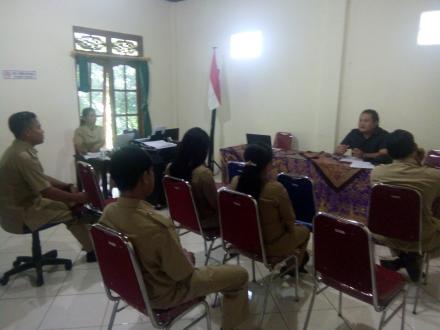 Rapat rutin bulanan pemerintah desa mengening